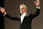 Cannes: les larmes de la légende Alain Delon au moment de recevoir une Palme d'or d'honneur