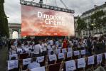 Une séance de cinéma en plein air sur les Champs-Élysées en juillet